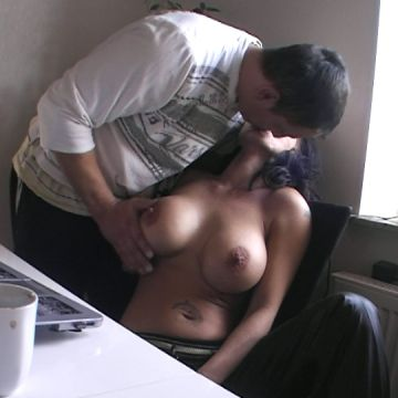 Dreister Helfer fickt meine Titten ab