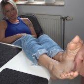 Footjob ! Nachbar fickt frech meine Füße!